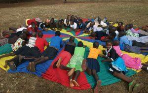 Jugendliche in Uganda bei einem Spiel im Freien