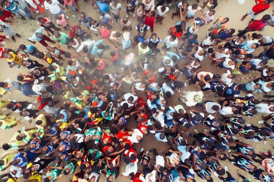 Bevölkerungsentwicklung: Gruppe von Menschen in Afrika; aus der Vogelperspektive fotografiert