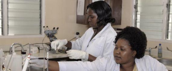 Afrikanische Frauen bei der Forschung im Labor