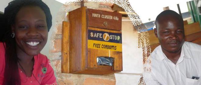 Maureen links, Wandera rechts und in der Mitte der Kondomautomat.