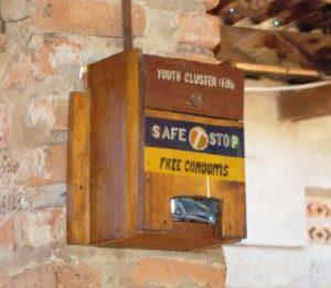 Kondomautomat aus Uganda in einer Bar