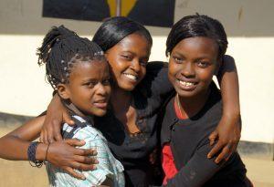 Drei Mädchen aus einem Jugendklub in Tansania