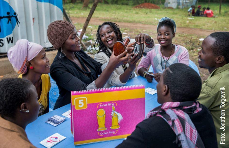 Junge Frauen bei einem Workshop der DSW zu Verhütungsmöglichkeiten in Kenia.