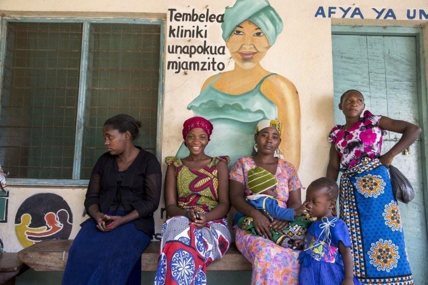 Mütter warten vor einer Klinik in Kwale, Kenia.