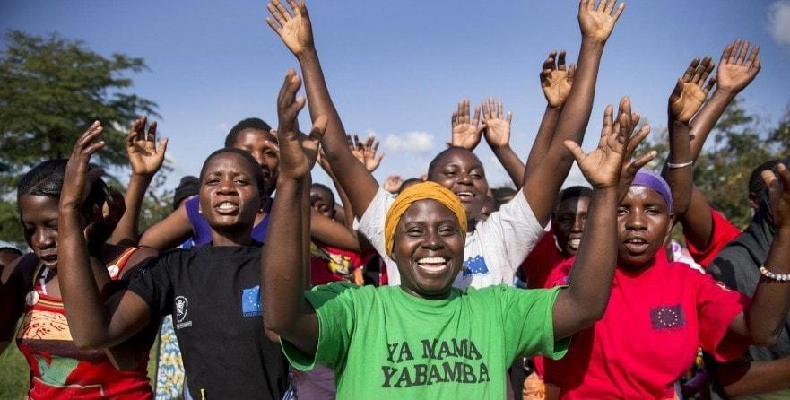 Gruppe jubelnder Frauen und Mütter verschiedener Gruppen zur Müttergesundheit in Kenia