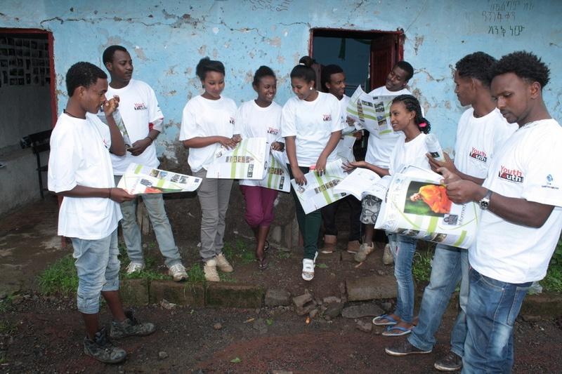 Eine Gruppe von Jugendlichen in Addis Abeba, Äthiopien informiert sich in Zeitschriften über das Thema Aufklärung.