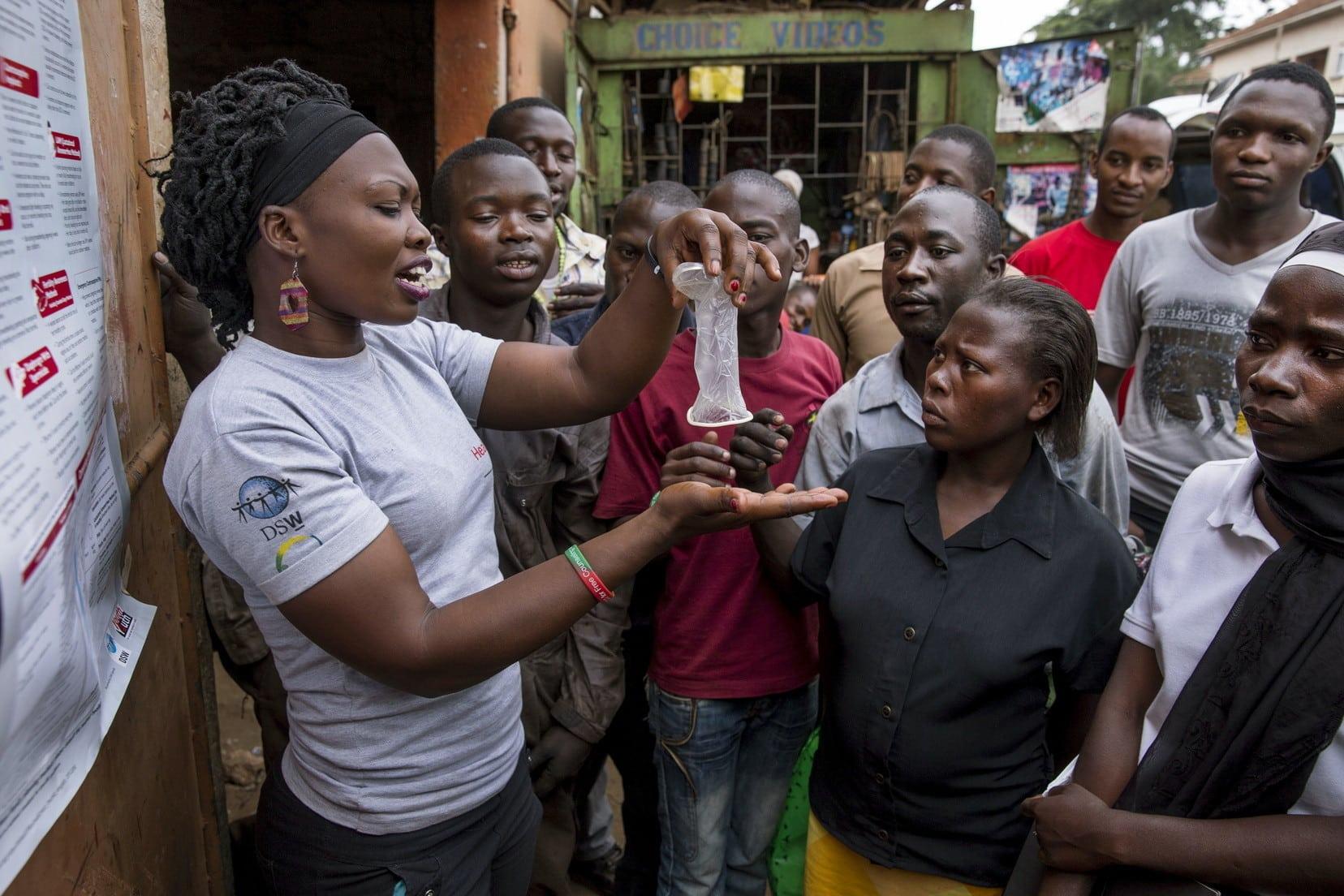 Aufklärungsveranstaltung eines Jugendklubs der DSW in einem Slum in Kampala, Uganda