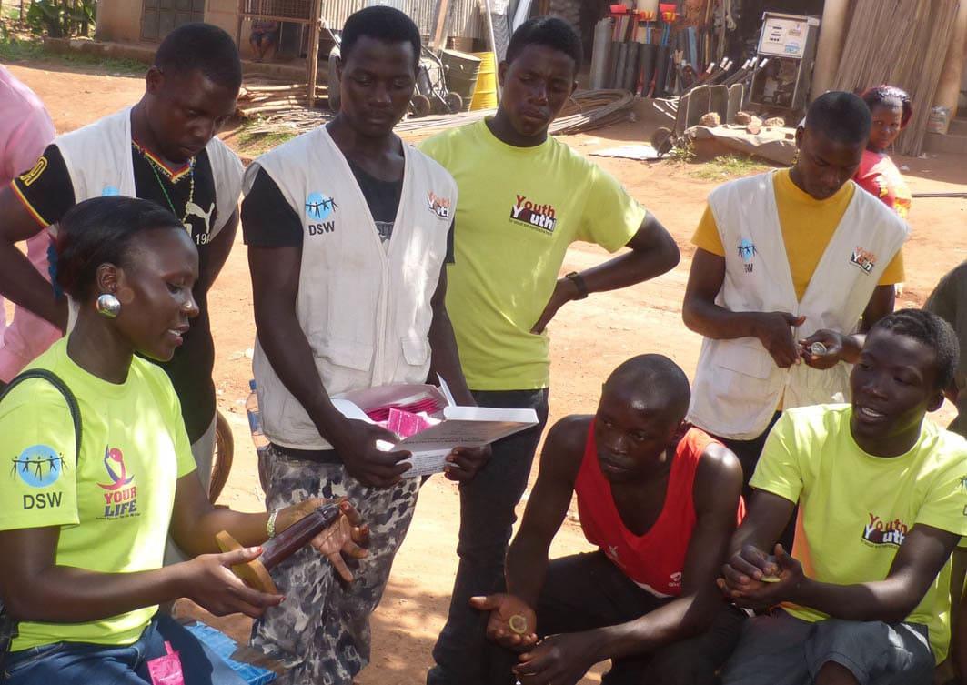 Gruppe von Jugendlichen bei einer Aufklärungsvorführung in Uganda
