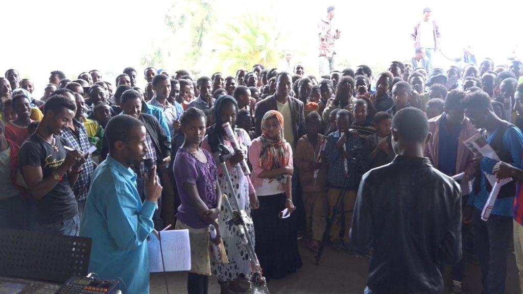 Vortrag in einer Gruppe Jugendlicher in Äthiopien
