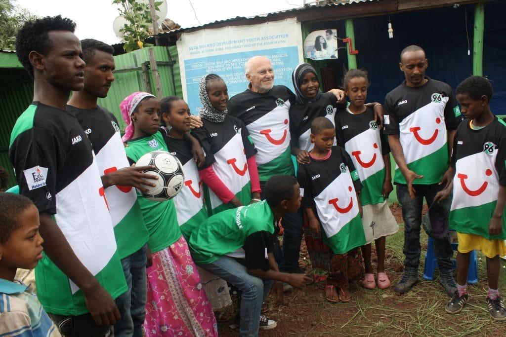Dirk Roßmann und Jugendliche aus dem Jugendklub in Äthiopien mit Trikots von Hannover 96