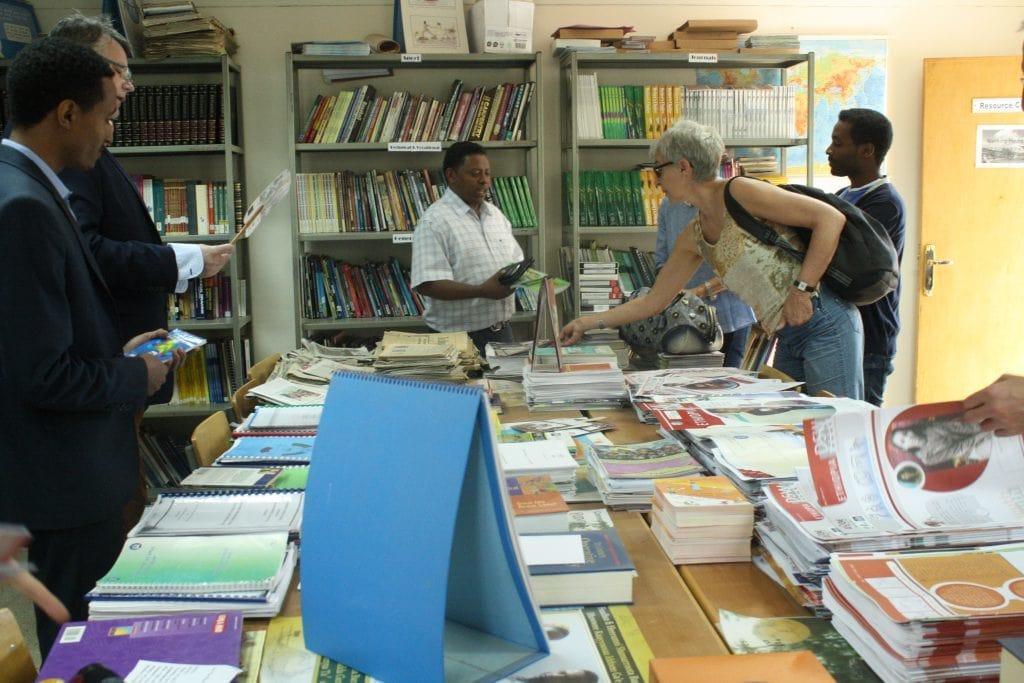 Die Reisegruppe schaut sich die Bibliothek des Jugendklubs an