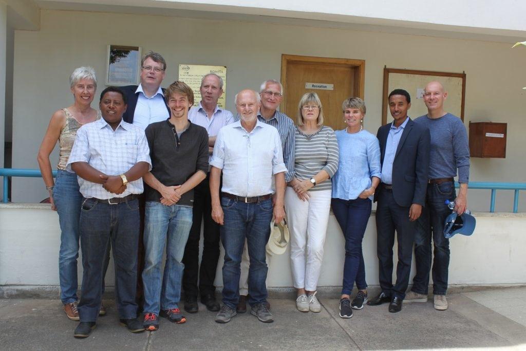 Vorstands-, Stiftungsratsmitglieder und Mitarbeiter der DSW vor einem Jugendklub in Äthiopien