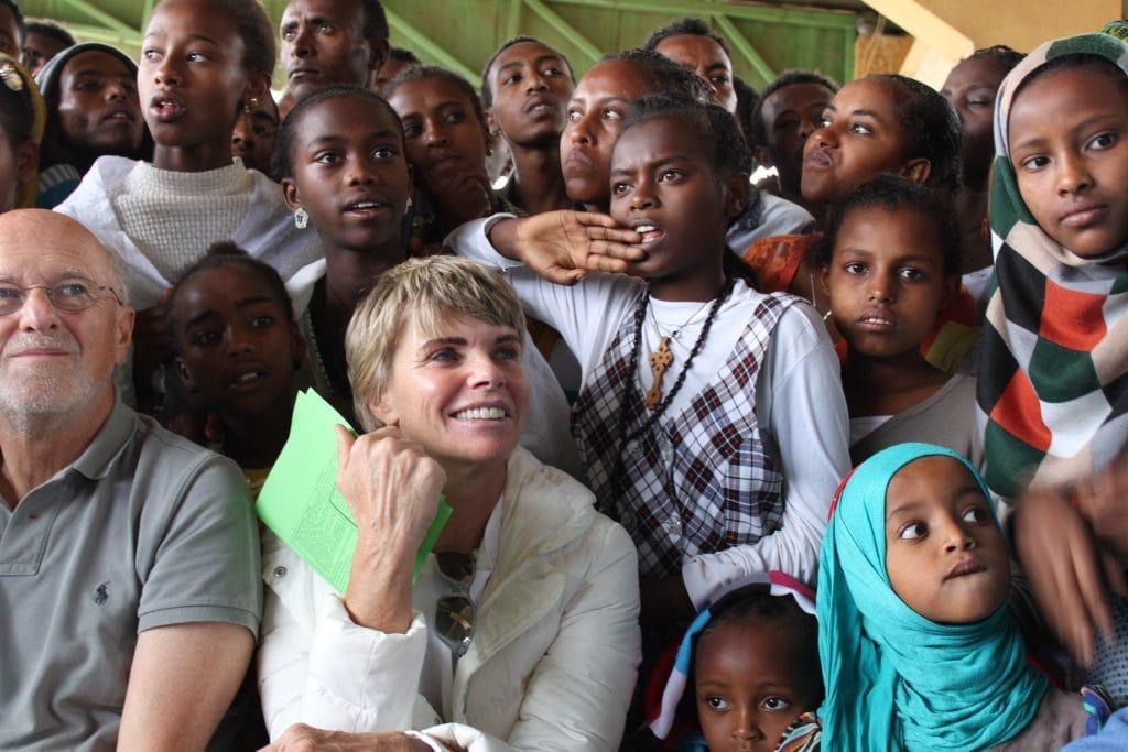 Dirk Roßmann und Sylvia von Metzler in einer Gruppe Jugendlicher in Äthiopien