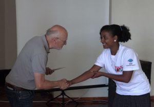 Dirk Roßmann ehrt Jugendklubmitglieder in Äthiopien