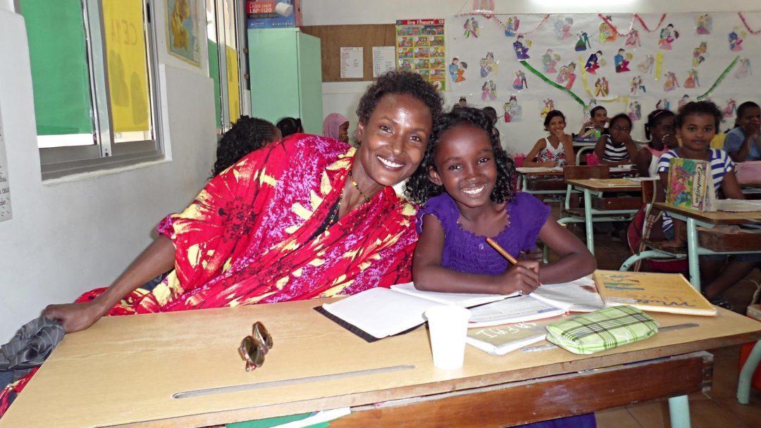 Waris Dirie mit Safa in der Schule