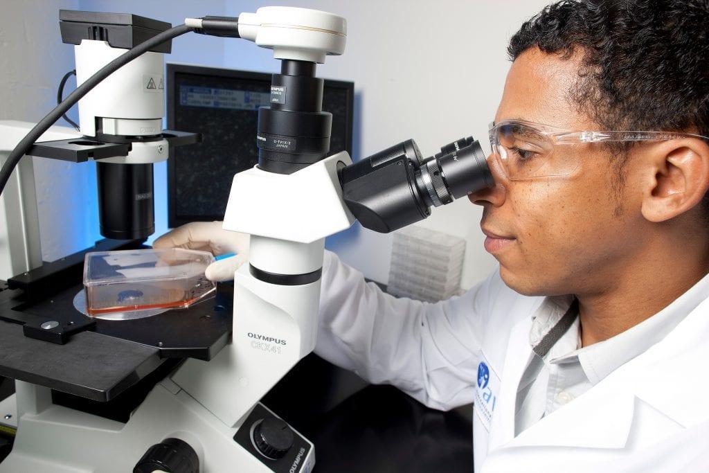 Ein Aids-Forscher in den USA untersucht eine Probe unter dem Mikroskop