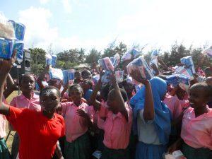 Gruppe von Mädchen in Kenia mit Hygienepaketen