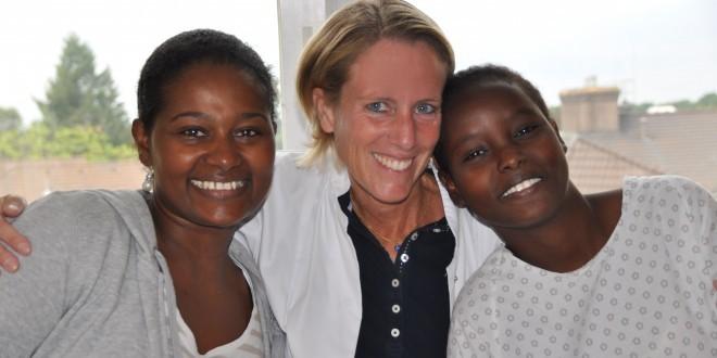 Dr. Cornelia Strunz mit den ersten beiden Patientinnen des Dester Flower Center in Berlin