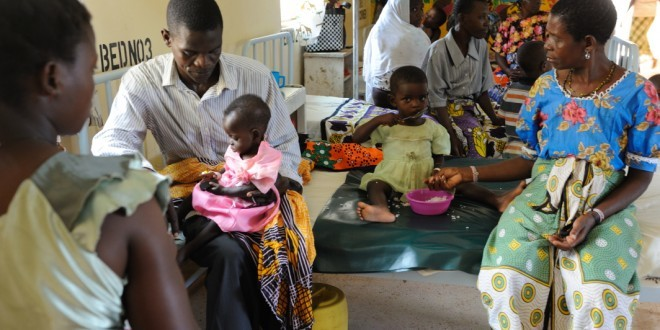 Kleine Kinder essen in einem Gesundheitszentrum in Kenia