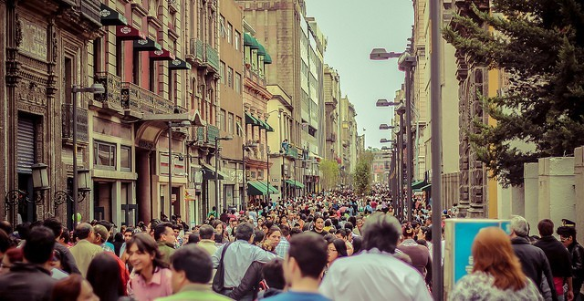 Menschenmasse in einer Straße