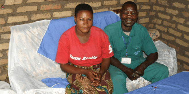 Der ehemalige Leprakranke Jackson Bwambale mit seiner Frau Jethu Masika