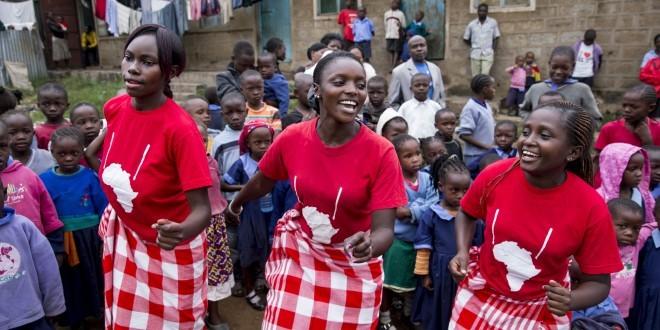Tanzende junge Frauen in Kenia