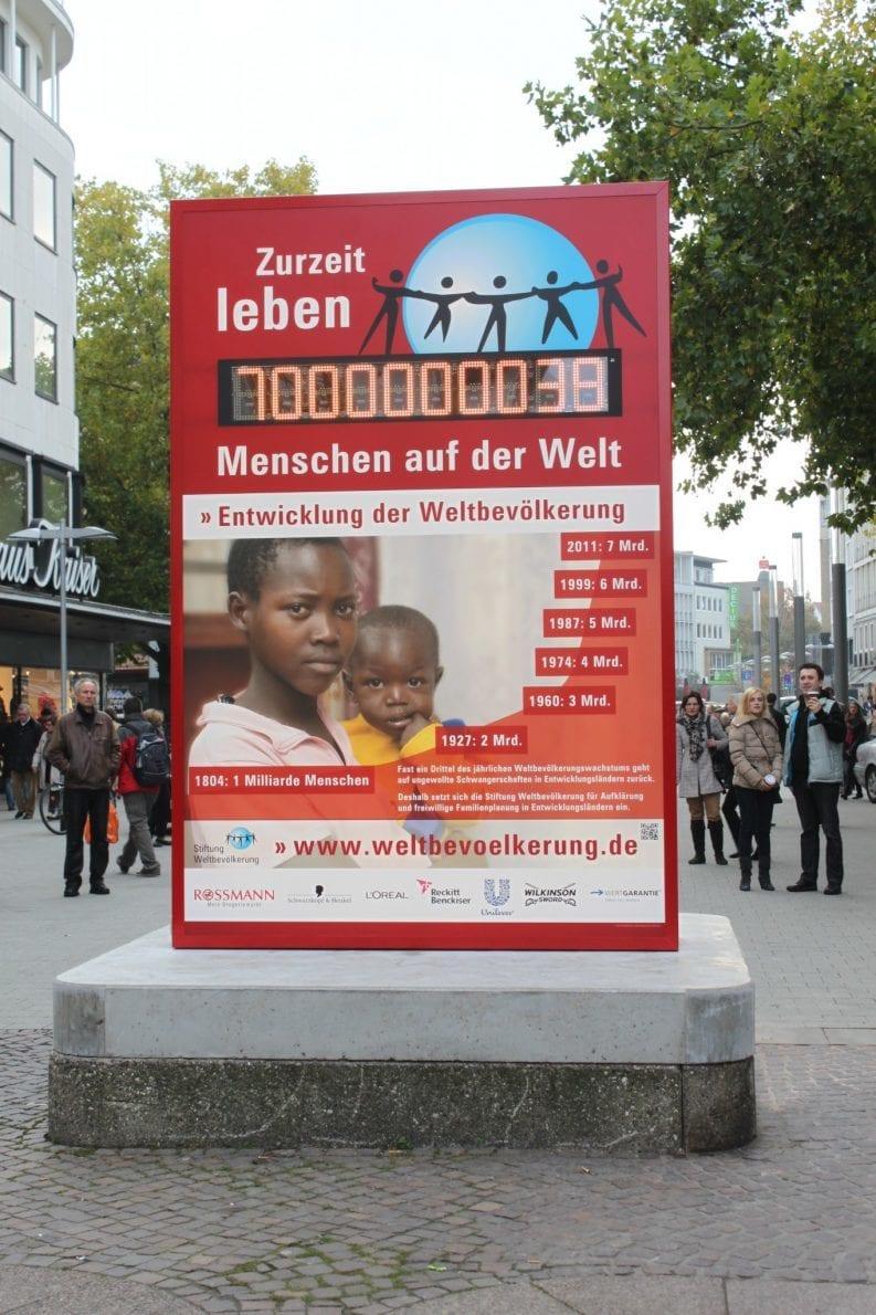Weltbevölkerungsuhr der DSW 2011 in der Hannover Innenstadt: 7 Milliarden Menschen leben auf der Welt