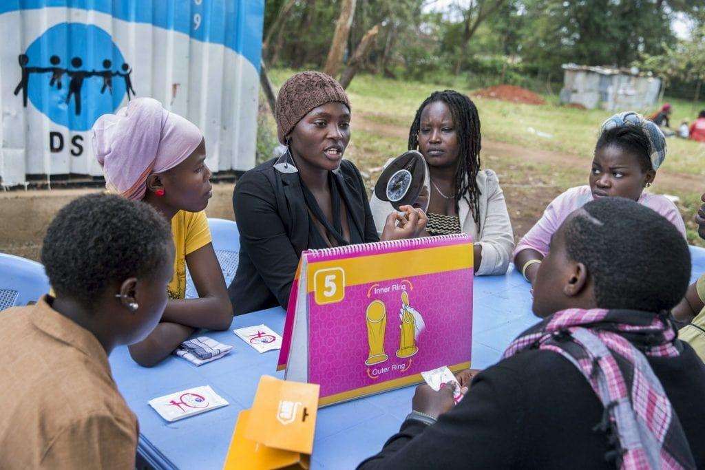 Eine Frau erklärt in Nairobi, Kenia, wie ein Femidom funktioniert