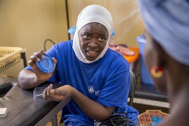 Eine Mitarbeiterin der Organisation Marie Stopes International erklärt im Senegal, wie die Spirale als Verhütungsmöglichkeit funktioniert