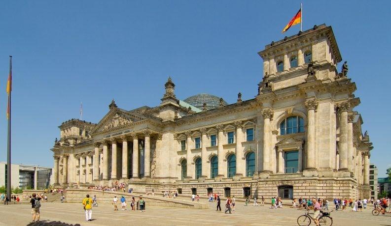 Ansicht des Reichstagsgebäudes in Berlin von außen