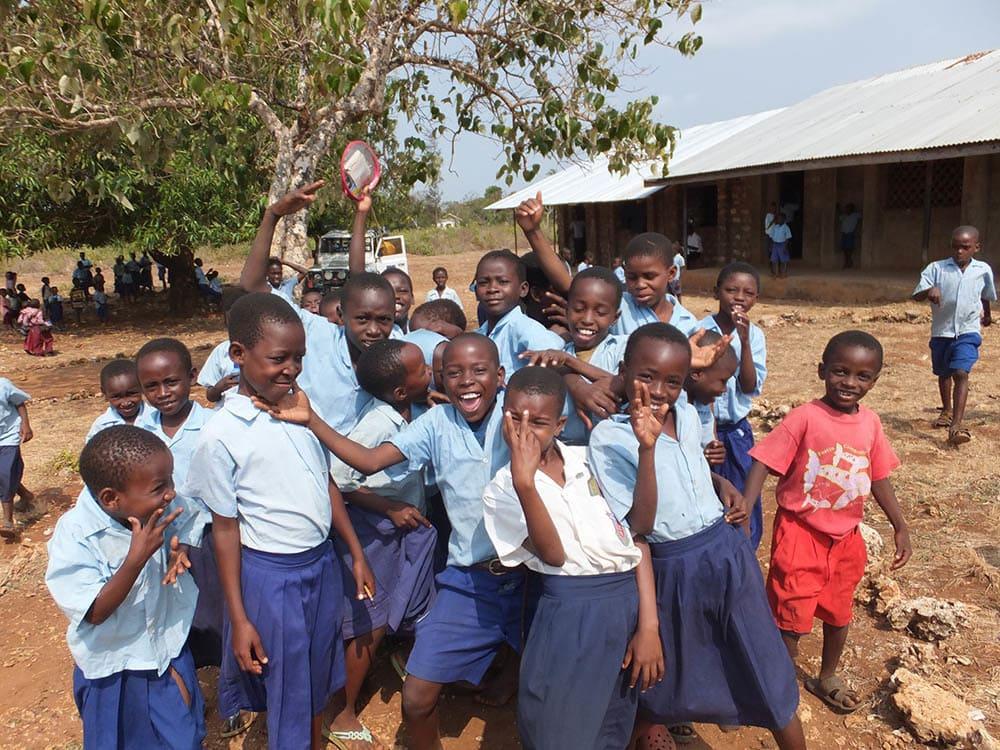 Bei einem zweitägigen Besuch in Kenia, dem Heimatland seines Vaters, nimmt der frühere US-Präsident Barack Obama heute an der Eröffnung eines Ausbildungszentrums teil.