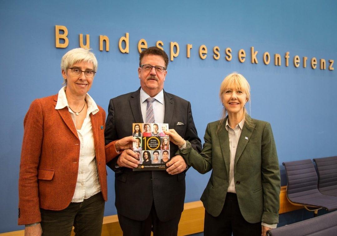 Pressekonferenz zur Vorstellung des UNFPA-Weltbevölkerungsberichts 2016: Renate Bähr (DSW), Hans-Joachim Fuchtel (BMZ), Bettina Maas (UNFPA)