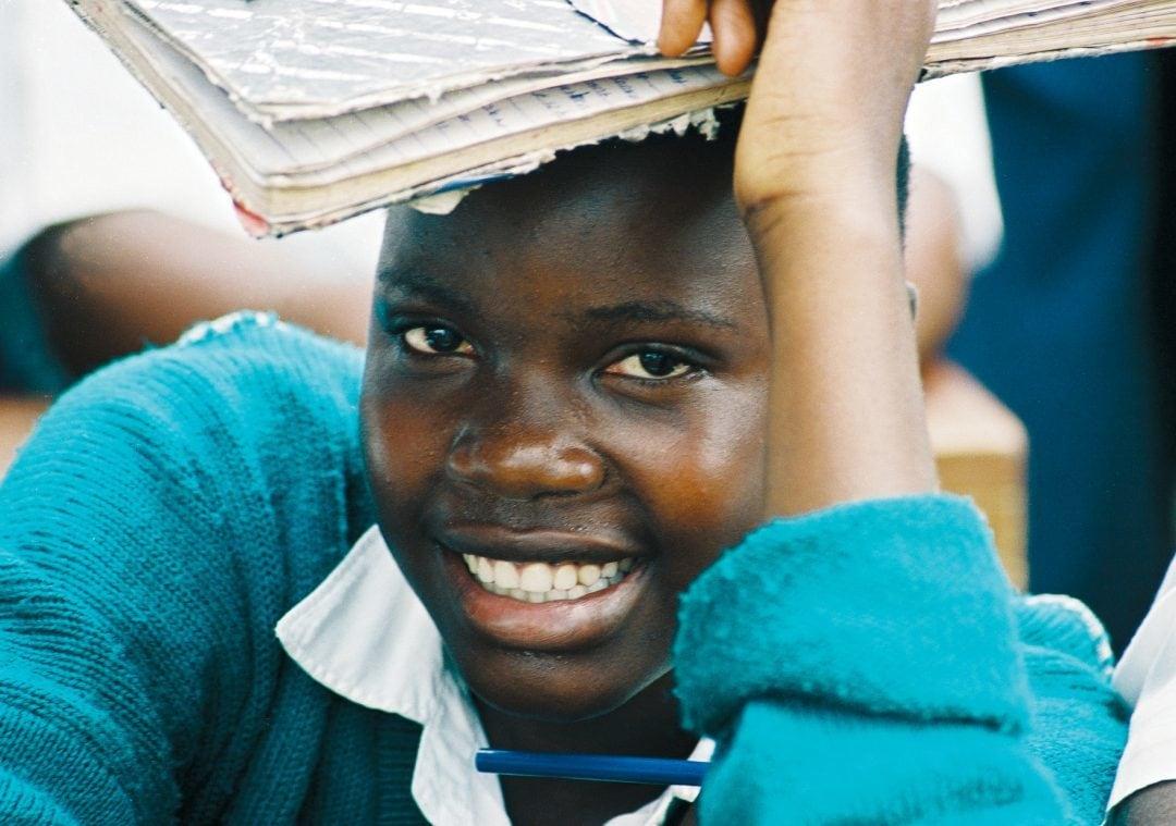 Mädchen in Ostafrika mit Buch