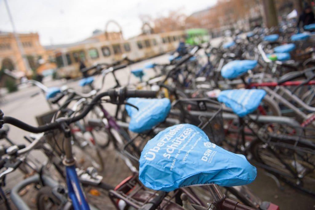Fahrräder mit Sattelüberziehern der Deutschen Stiftung Weltbevölkerung vor dem Bahnhof in Hannover am Welt-Aids-Tag 2016
