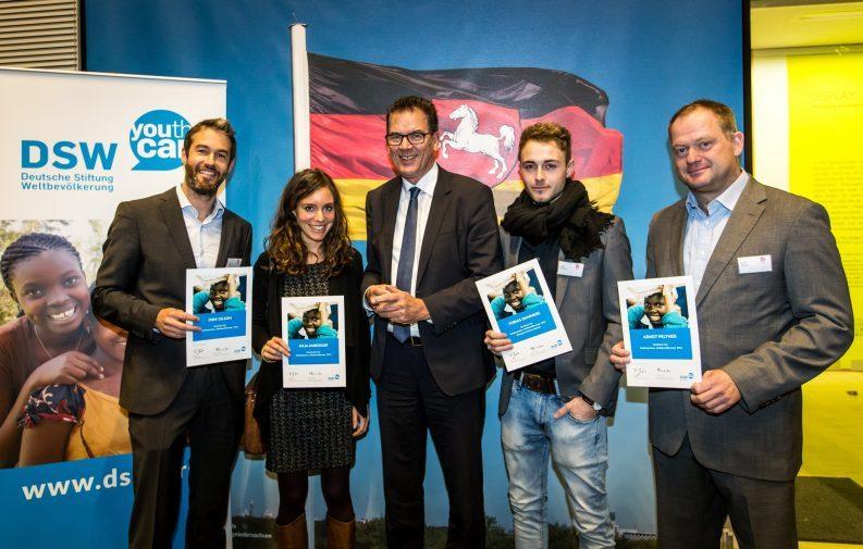 Preisträger des Medienpreises 2016 der DSW mit Entwicklungsminister Dr. Gerd Müller