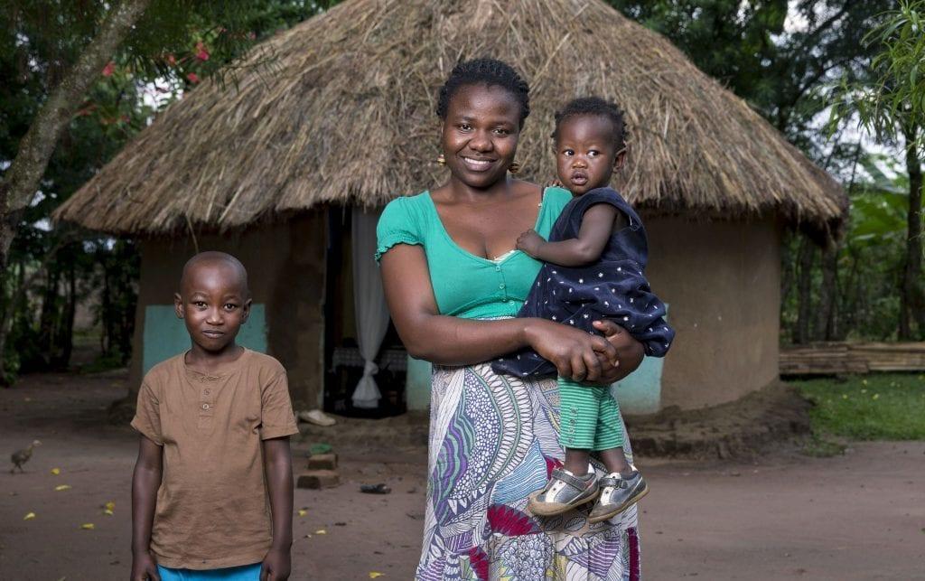 Mutter in Ostafrika mit ihren Kindern