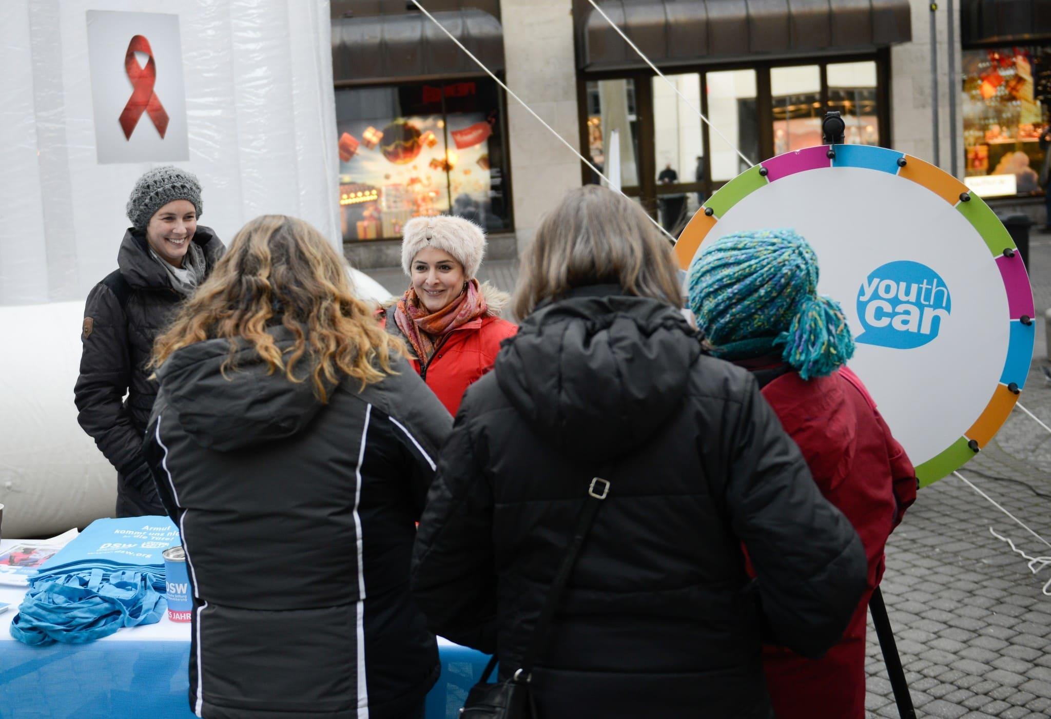 Riesen-Kondom der DSW zum Welt-Aids-Tag 2016 in der Kölner Innenstadt