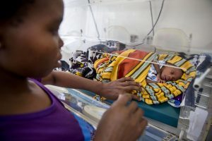 Ein Frühchen in einem afrikanischen Krankhenhaus