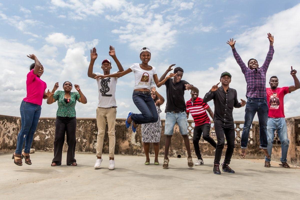 Jugendliche springen in die Luft