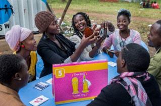 Junge Frauen sitzen bei einem Workshop der DSW zu verschiedenen Verhütungsmethoden zusammen. Im Bild: Die Anwendung eines Famidoms.