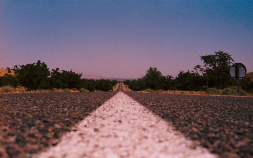 Gerade Straße, die bis an den Horizont verläuft.