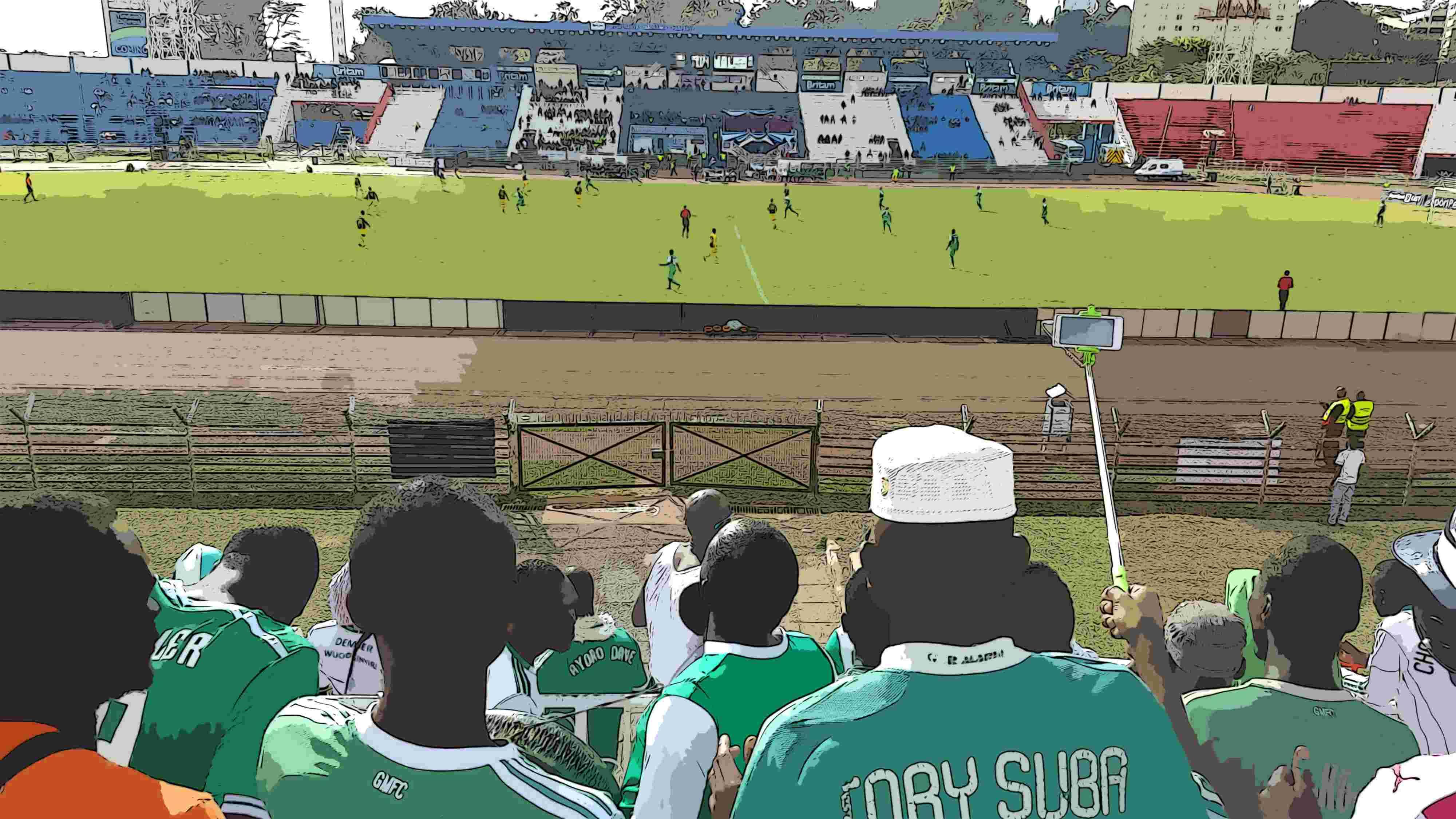 Sicht von der Zuschauertribüne auf ein Fußballfeld