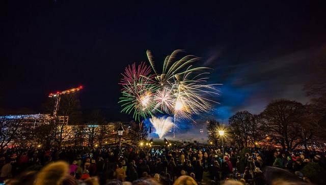 Weltbevölkerung: Feiernde Menschen an Silvester mit Feuerwerk