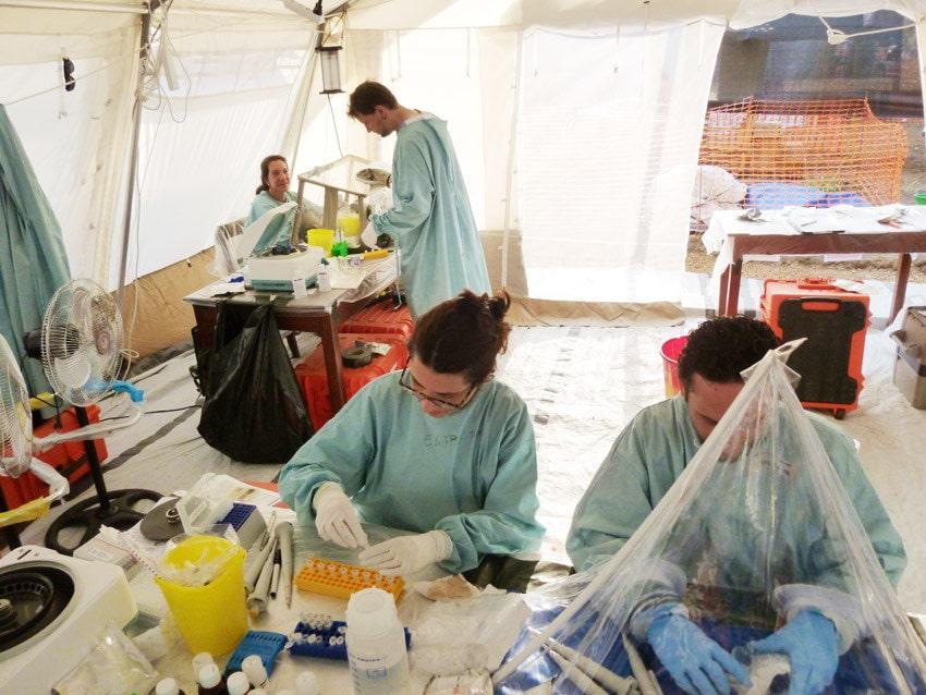 Experten für Entwicklungszusammenarbeit und Spezialisten für gefährliche Infektionskrankheiten in einem mobilen Labor der Europäischen Union in Guinea während der Ebola-Epidemie 2014.