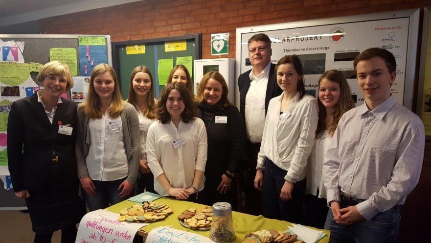 """Schüler des bilingualen Erdkunde-Kurses der Schillerschule Hannover präsentieren ihre Ausstellung """"YOUth CAN"""" über die Arbeit der DSW."""