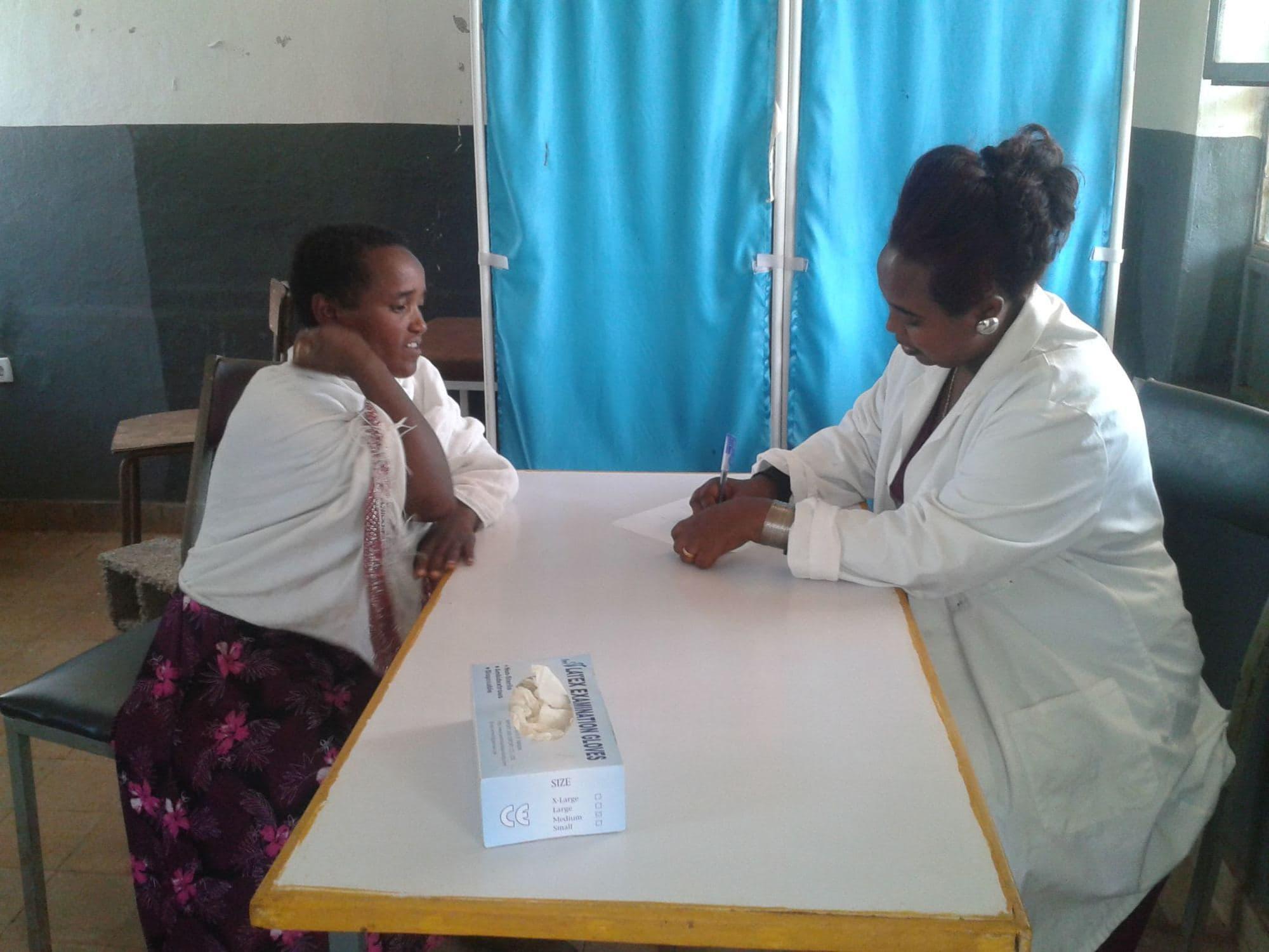 Jugendliche eines Jugendklubs der DSW führen im Bonga-Projekt in Äthiopien ein Theaterstück zu sexueller Gesundheit auf