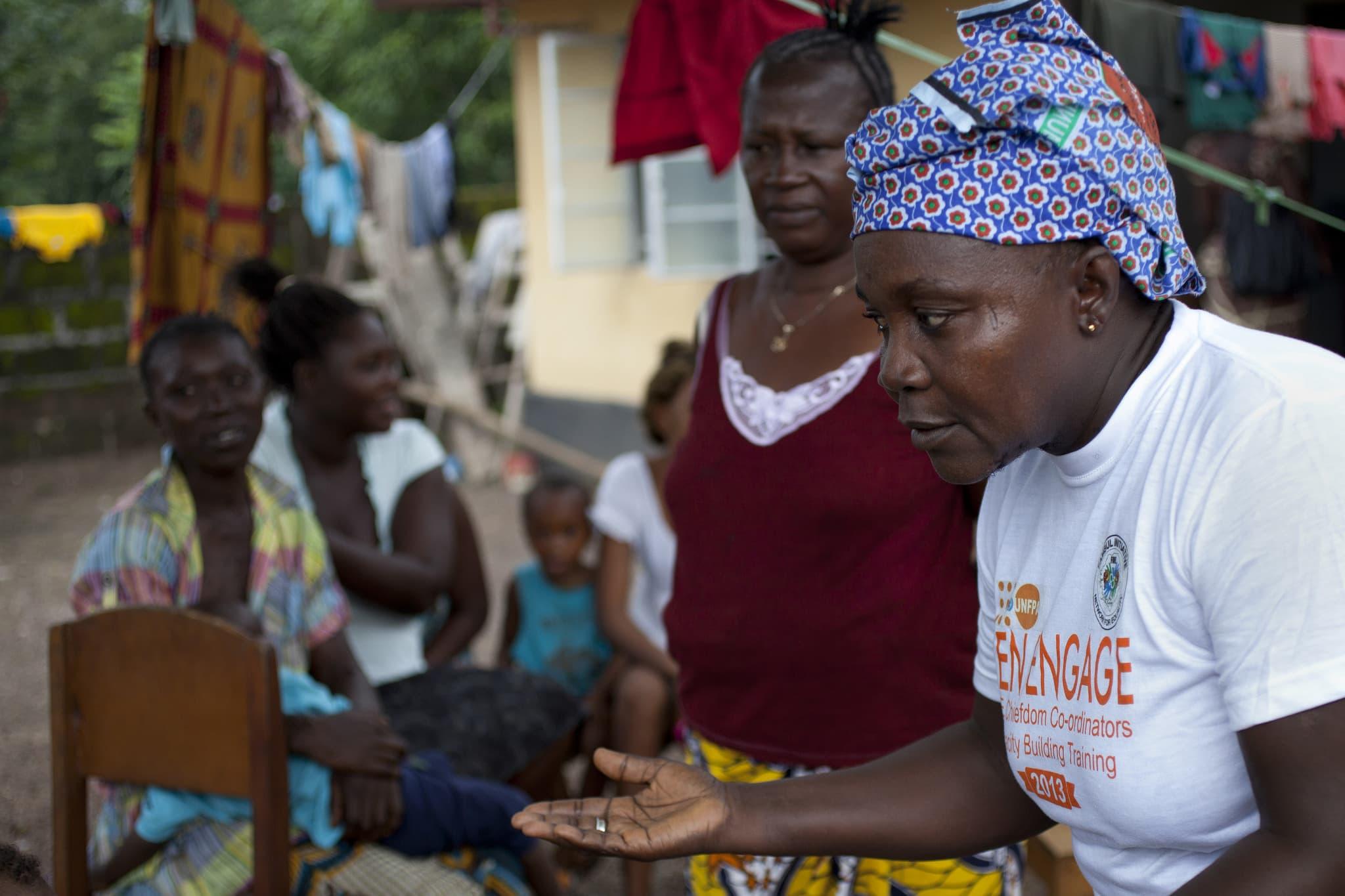 Eine Mitarbeiterin des UN-Bevölkerungsfonds (UNFPA) in einem Projekt für freiwillige Familienplanung in Sierra Leone.