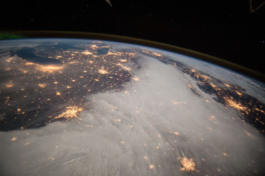 Teilansicht der Erde bei Nacht; aus dem Weltraum aufgenommen