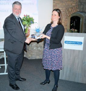 Laudatorin Mareike Haase (Brot für die Welt) überreicht Memento Politikpreis 2017 an MdB Stephan Albani.