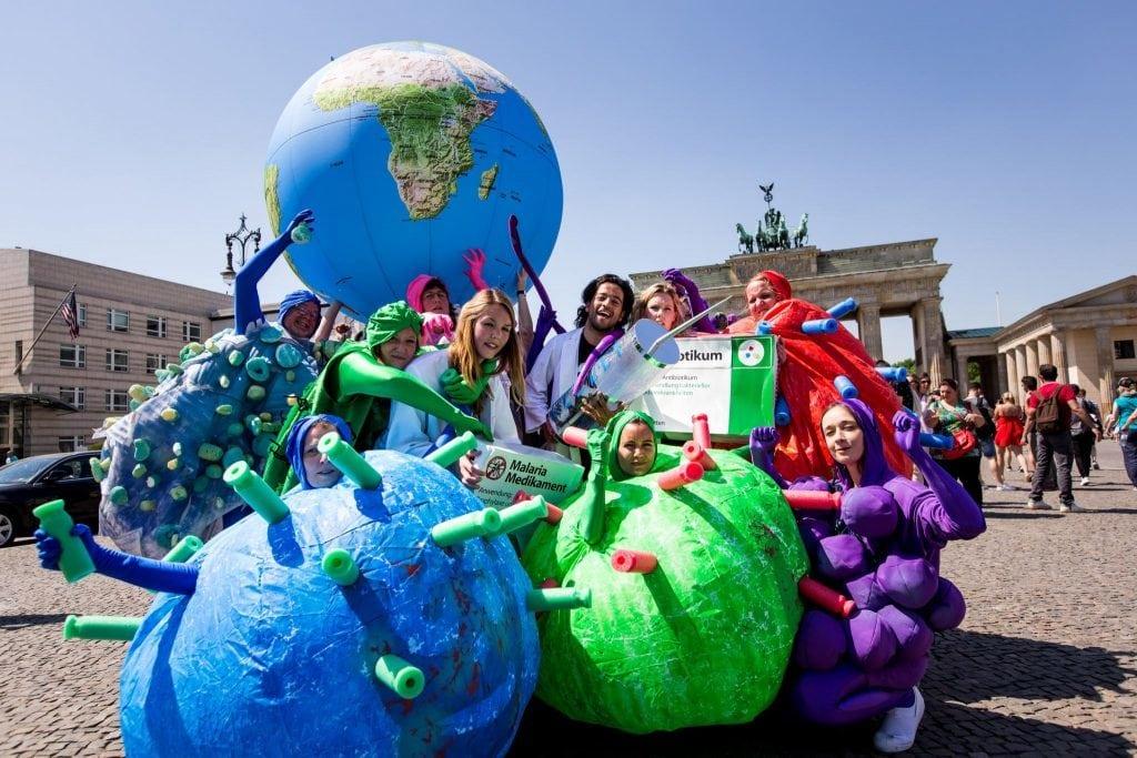 Menschen in Viren- und Bakterienkostümen auf dem Pariser Platz vor dem Brandenburger Tor in Berlin